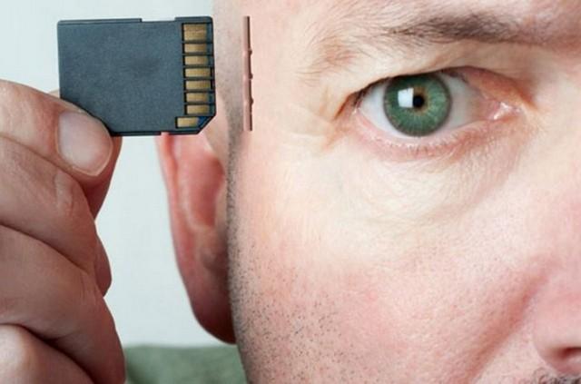 Брайану Джонсон вложил 100 млн $ в создание технологии соединения мозга с компьютером