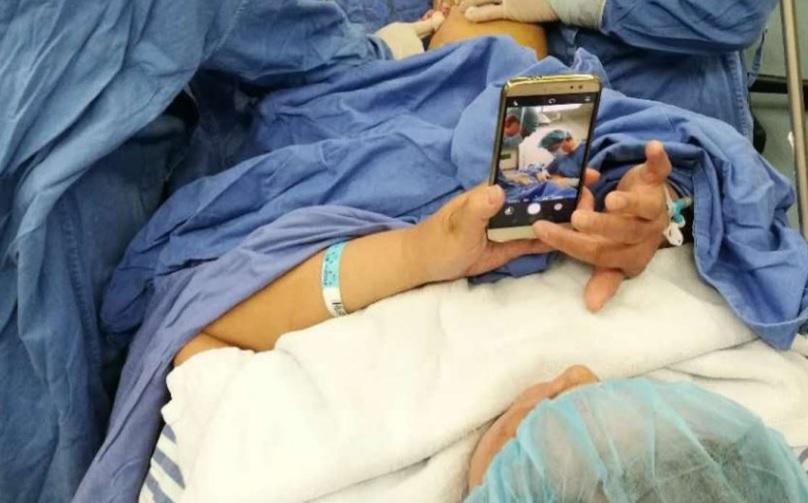 Зависимость от смартфона помогла женщине пережить операцию