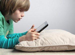 Большинство британски родителей уверены, что смартфоны и планшеты способствуют развитию детей