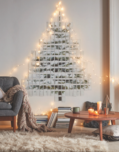 Гирлянда с фотографиями с елкой на стене