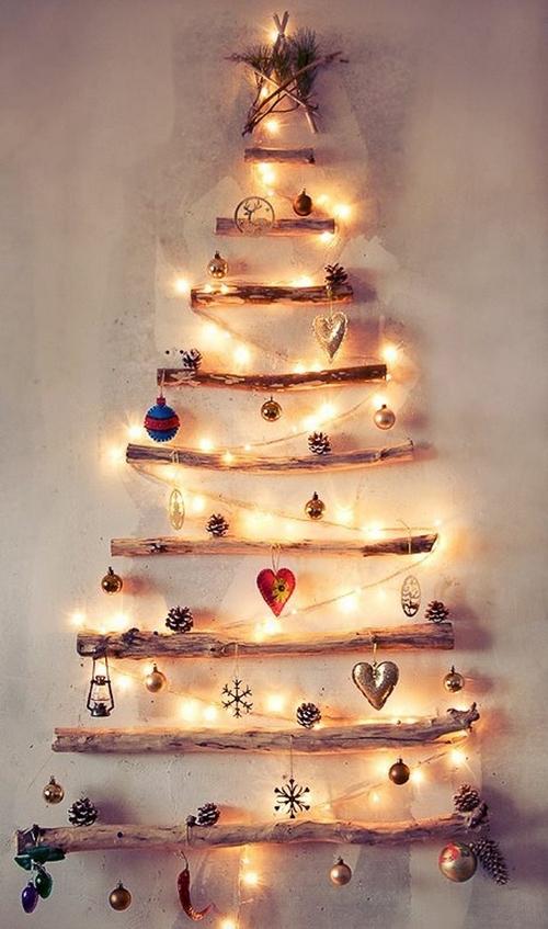 елка из мишуры и гирлянды на стене