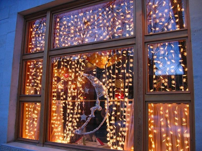 новогодние гирлянды на окне