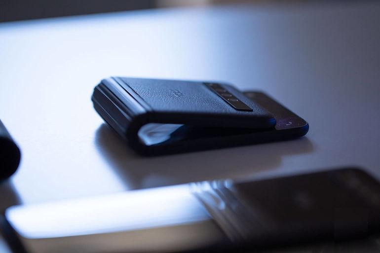 Гибкий смартфон TCL