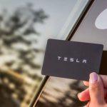 Безумные лайфхаки: девушка-программист вживила в руку ключ от Tesla Model 3