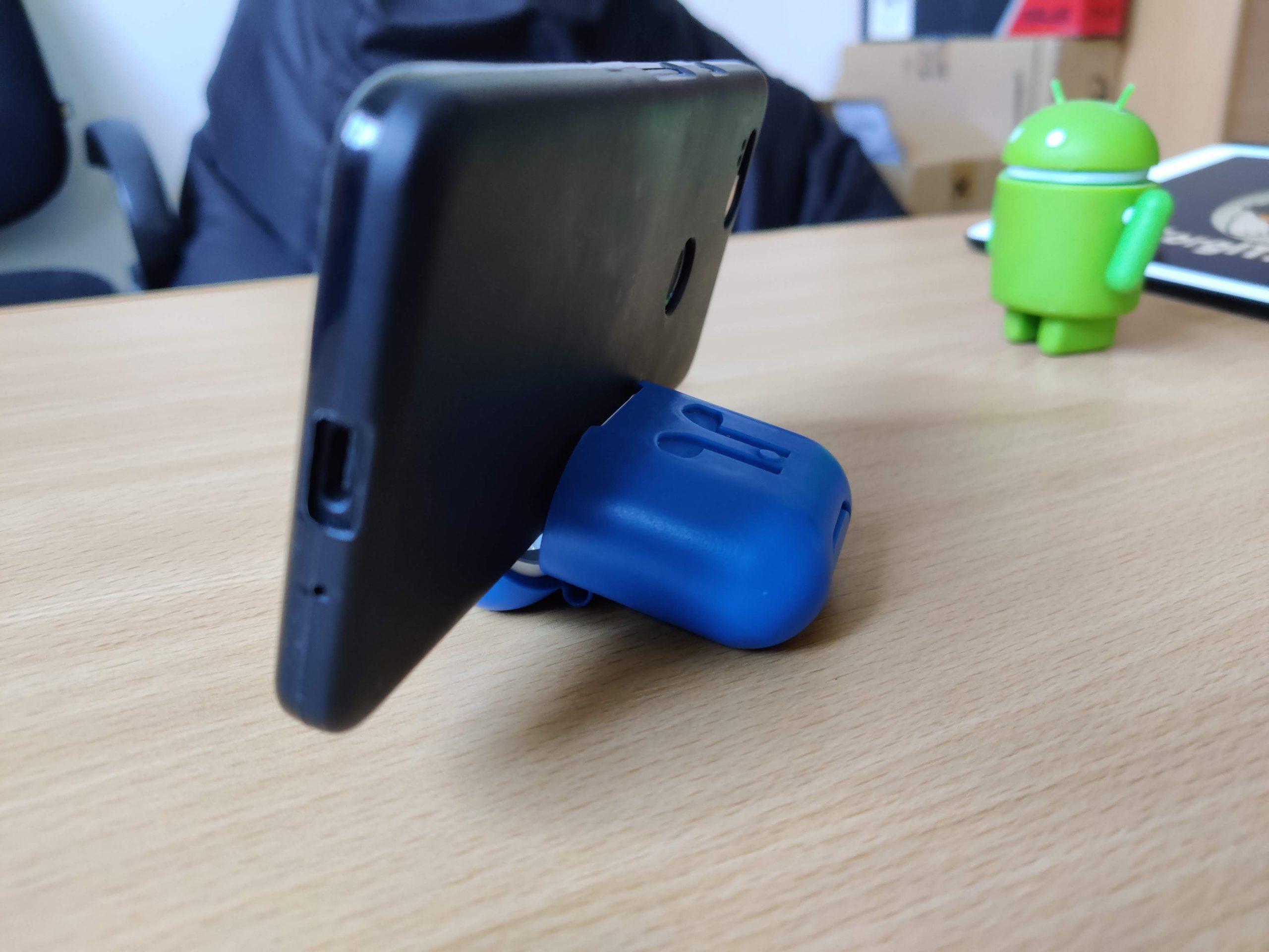 Подставка для смартфона из кейса AirPods