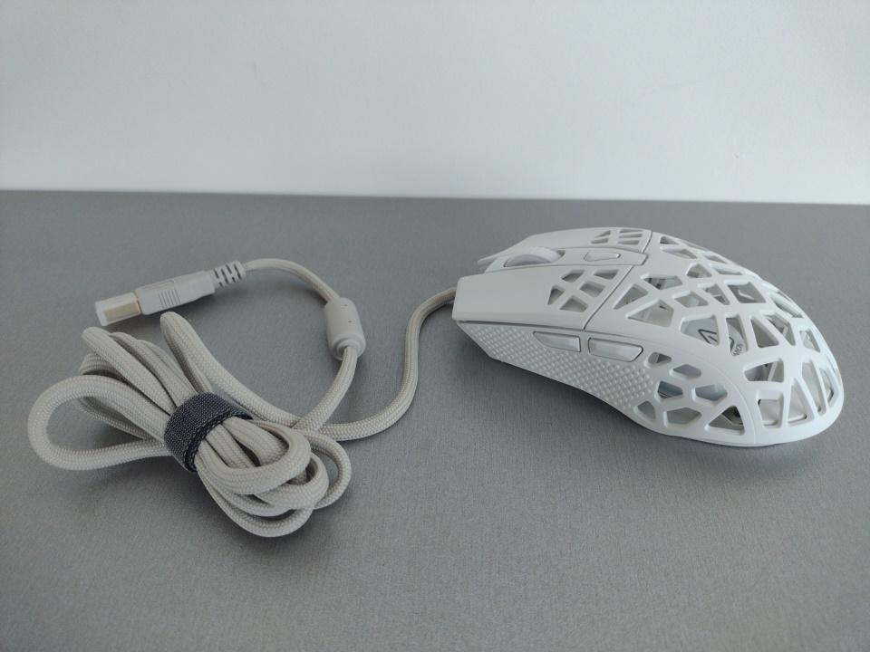 игровая мышь с дырками в корпусе