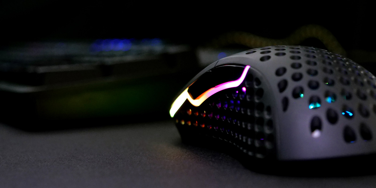 компьютерная мышь с дырками
